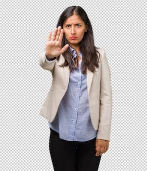深刻な断固とした若いビジネスインドの女性