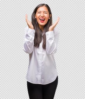 笑って、楽しんで若いインド人女性