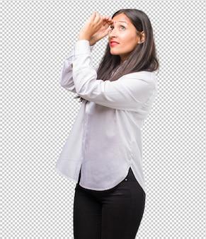 ギャップを通して見る若いインド人女性