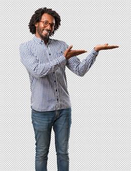 Красивый бизнес афро-американского человека, держит что-то с руками
