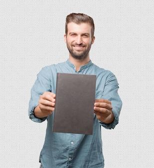 Красивый молодой человек, представляя книгу