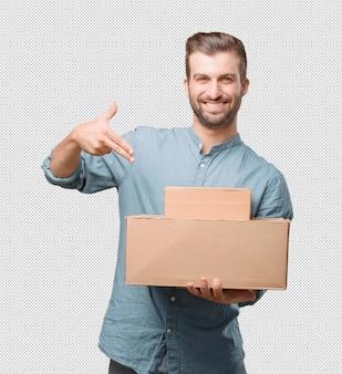 Красивый молодой человек, проведение коробки