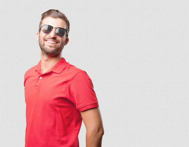 サングラスを持つ赤のシャツの男