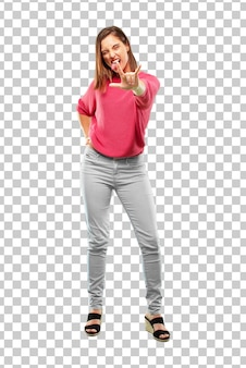 若い女性のフルボディ。踊る、叫ぶ、反抗的で怒っている姿で身振りしている。