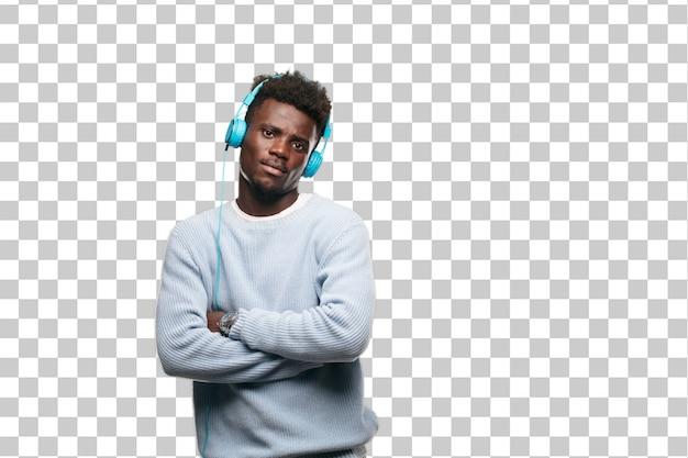 Молодой черный человек слушает музыку в наушниках