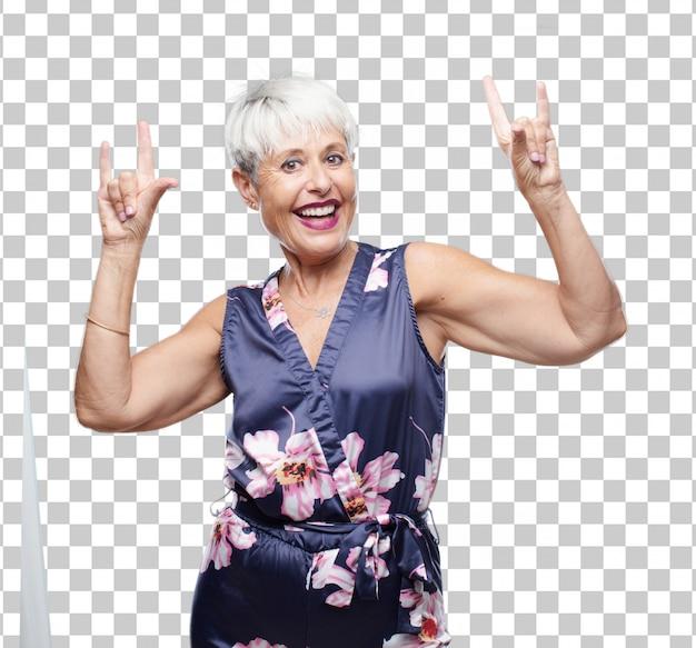 シニアクールな女性は、反抗的な、怒っている方法で身に着けて、踊って、叫んで、岩を歌う。