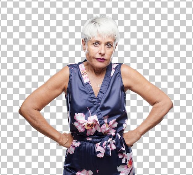 怒って、不幸で、欲求不満、猛烈に身振りで示すことを探しているクールなシニア女性
