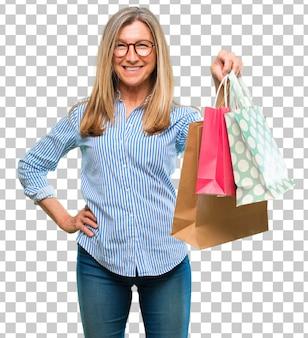 買い物袋を持つシニアの美しい女性