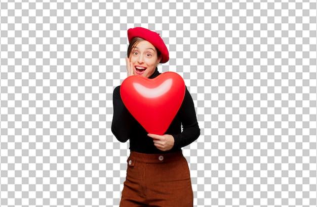 Молодая милая женщина выражая концепцию влюбленности на день валентинок