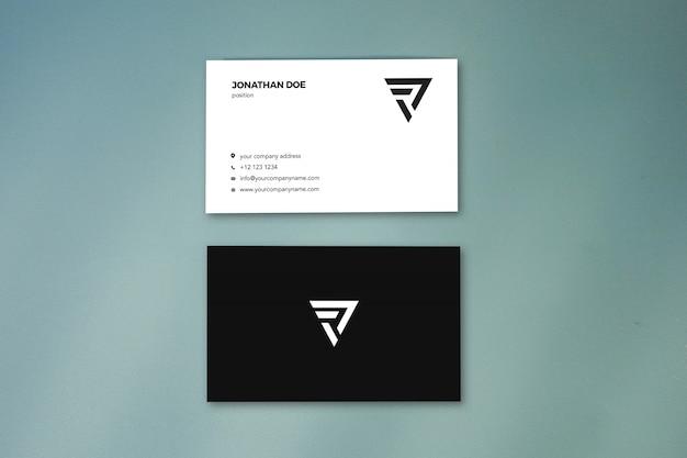 Вертикальная визитная карточка с плоской пастельной поверхностью