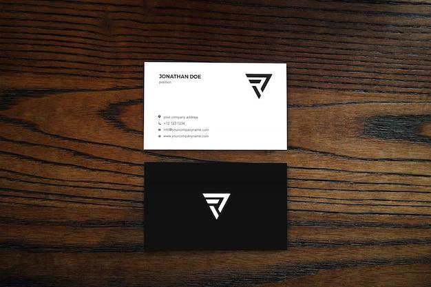 Деревянная поверхность вертикальный макет визитки