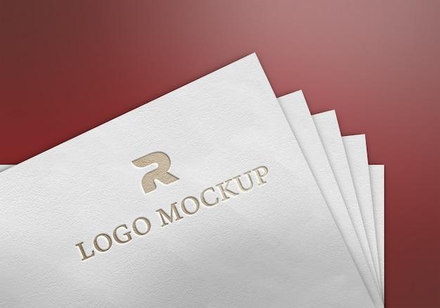 Золотой логотип макет на бумаге