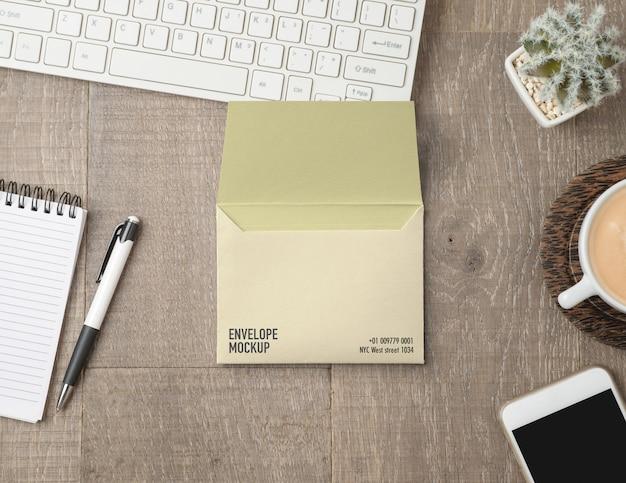 机の上の封筒のモックアップ