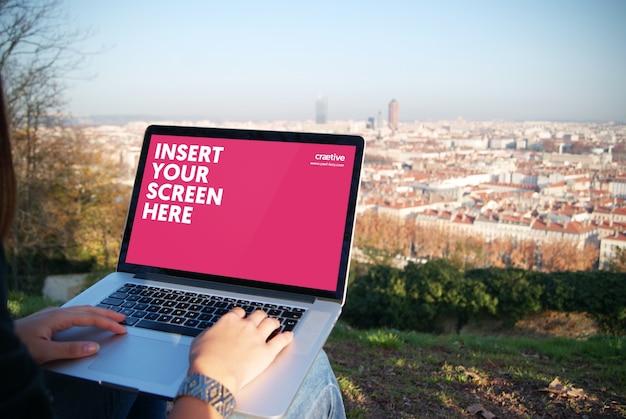 ノートパソコンの画面には、デザインのモックアップ