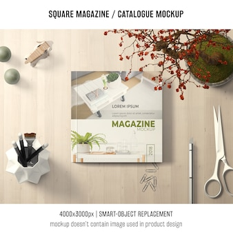 正方形の雑誌または創造的な静物のカタログモックアップ