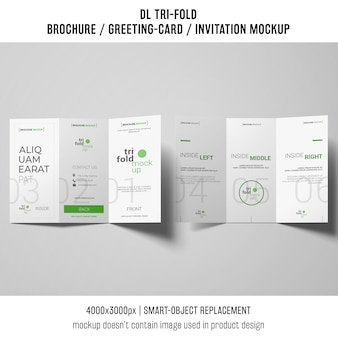 三つ組のパンフレットまたは灰色の背景の招待模型