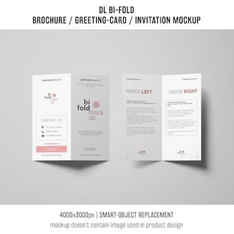 二つ折りのパンフレットまたは招待状の模造