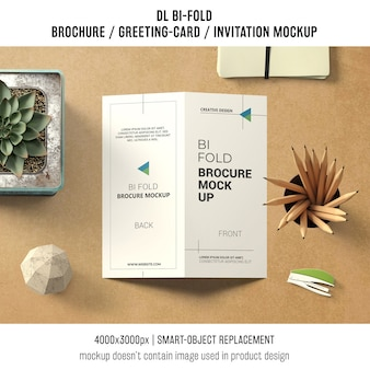 二つ折りのパンフレットまたはスチールライフコンセプトの招待モックアップ