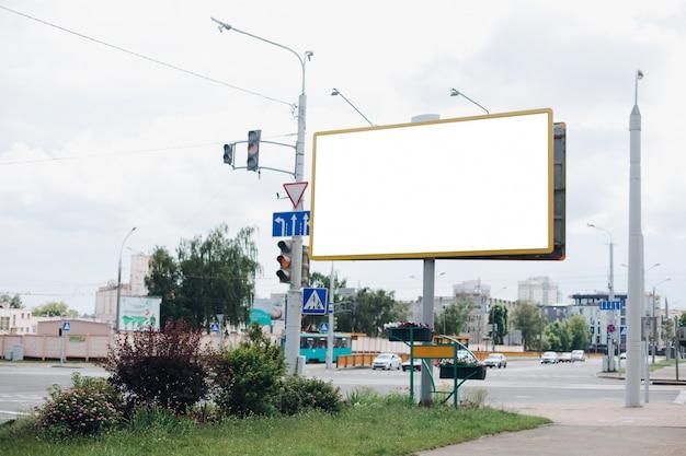 Рекламный щит с пустой поверхностью для рекламы