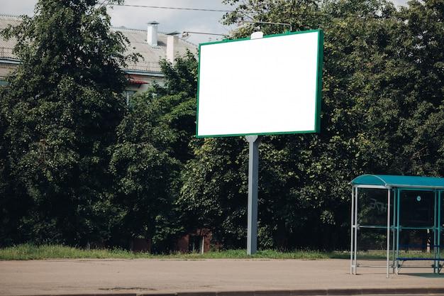Пустой рекламный щит в городе