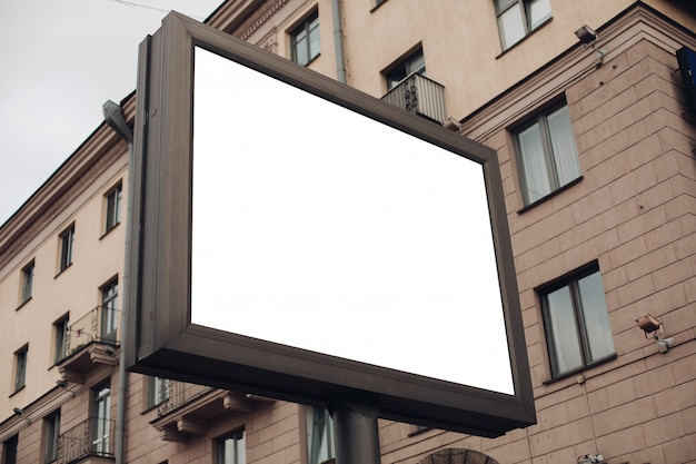高速道路、通り、混雑した場所に沿って設置された屋外広告用の大きなシールド