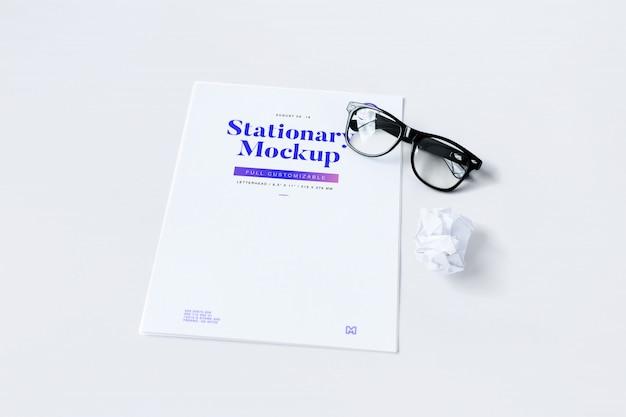 Макет документа в очках и мятой бумаге
