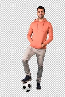 サッカーボールを持つピンクのスエットシャツの男