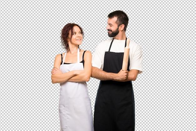 腕を持つ料理人のカップルが交差