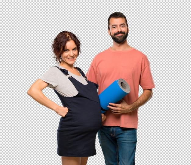 Пара с беременной женщиной с ковриком