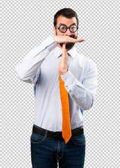タイムアウトを作るメガネを持つ面白い男