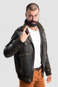 ホーンのジェスチャーを作る革ジャケットを持つ男