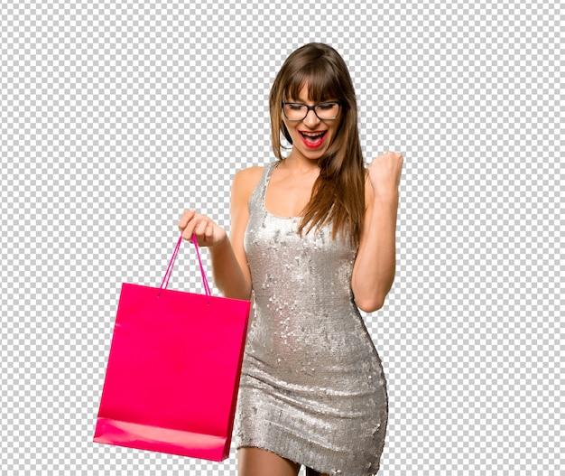 女性は、スパンコールドレスを着て