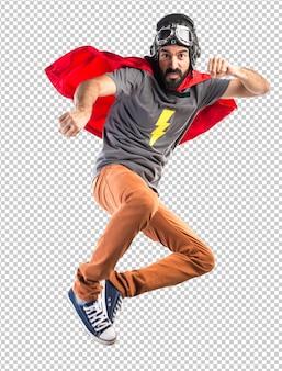 スーパーヒーローがパンチを与える