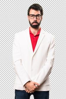 眼鏡を持つ悲しいブルネット男