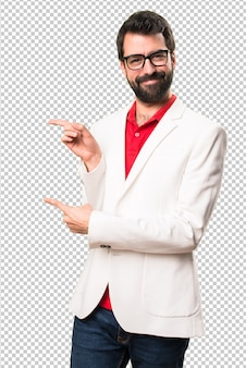 横向きに指しているメガネを持つブルネット男