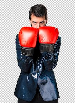 ボクシンググローブとスパンコールジャケットを持つハンサムな男