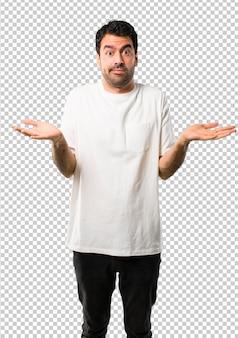 疑問を持っていると混乱の表情を持つ白いシャツの若い男