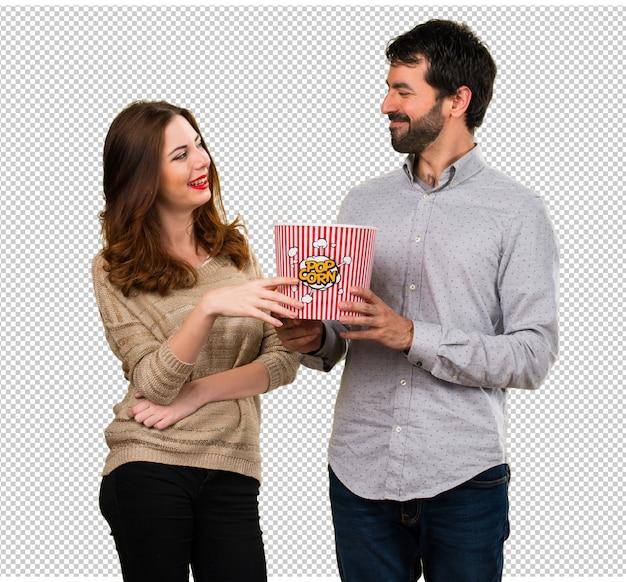 ポップコーンを食べる若いカップル