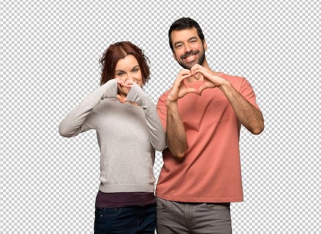 Пара в день святого валентина делает сердце руками