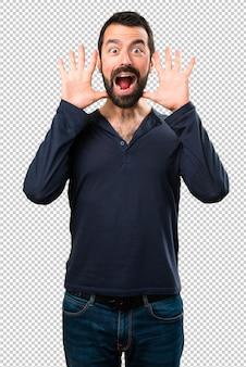 Красивый мужчина с бородой делает жест сюрприз