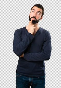 疑いを持ってひげを持つハンサムな男