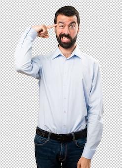 クレイジージェスチャーを作るひげを持つハンサムな男