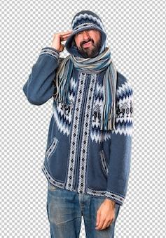 冬の服を着て欲求不満の男