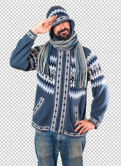 Человек с салютом зимней одежды