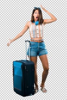 Девушка путешествует с чемоданом с удивлением и шокирован выражением лица.