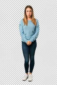 悲しいと落ち込んでいる表情で青いシャツとブロンドの女性