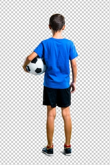 後ろの位置でサッカーをしている少年