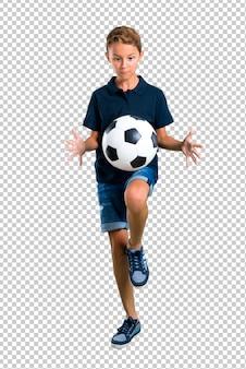サッカーをしている小さな子供