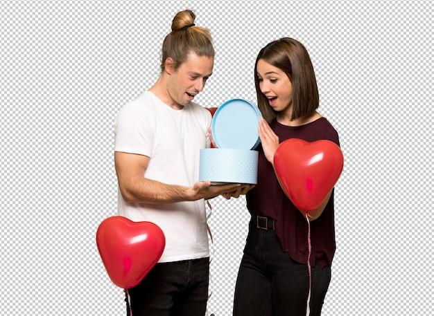 ギフト用の箱を手で押しバレンタインデーのカップル