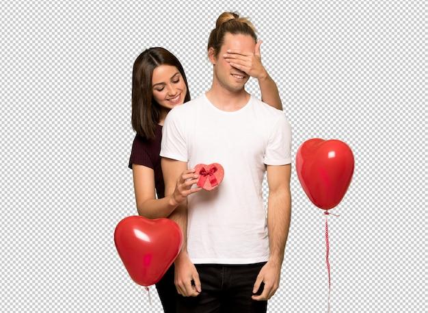 ギフト用の箱を持ってバレンタインデーのカップル